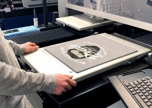 T-Shirt-Druck an DTG-Druckmaschine