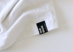 POD-Branding: Webetikett am unteren Saum mit Logo